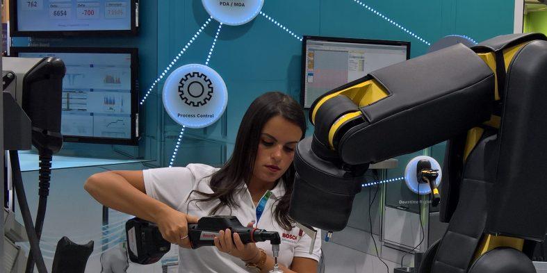Kollege Roboter unterstützt am Arbeitsplatz 4.0